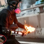 香港デモ、警察が地下鉄車内の市民襲撃スプレー噴射!デモ隊に偽装し火炎瓶を投げる