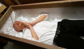 【体験】  日本で 死ぬ前に一度 棺桶に入る「入棺体験」。    海外の反応