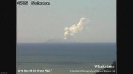 ニュージーランドで火山噴火…1人死亡、複数の人と連絡取れず