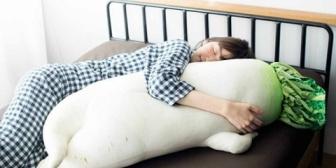【やめて!】私を抱き枕代わりにするのはやめて!これって私の贅肉のせいなのか?