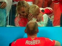 【画像】PK戦終了後、ロッベンは真っ先に大泣きしている息子の元へ・・