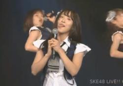 SKE48松村香織ちゃんがマイクを男性器に見立てて手コキフェラを披露