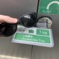 外国人「日本のトイレで天才的な鍵を見つけた、忘れ物をしなくなるぞ!」