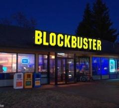 アメリカ最後のビデオレンタル・チェーン店が90年代のリビングを再現、宿泊できるサービス