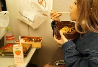 【画像】セクシー女優・桃乃木かなさん、新幹線の中でwwwwwwww