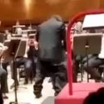 【動画】イタリア、中共70周年コンサートで中国人指揮者のズボンが突然ずり落ちる! [海外]