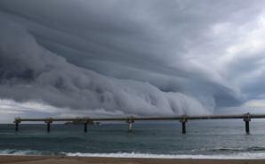 鳥取沖で発生したアーチ状の雲