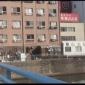 朝の光がはね返って、水面の光が揺らめく川沿いのアパート、綺麗...