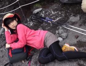 嗣永ももち富士山の岩肌で大胆誘惑ポーズ