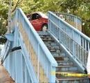 70代の高齢ドライバーが誤って歩道橋に乗り上げ脱出不可能に ダイナミック過ぎるだろwww