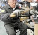 <職人>78歳で入社、90歳正社員 シャッター製造支える
