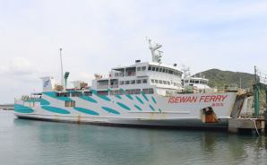 伊良湖水道を行く貨物船たち