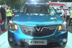 ベトナム初の国産車をご覧ください。SUV550万円 セダン390万円