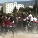 【動画】中国、中学生同士が校内のサッカー場で「全員やっちまえ!」の集団決闘! [海外]