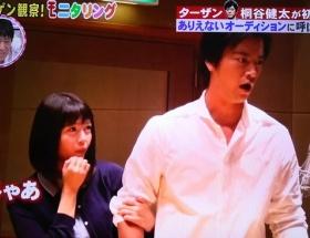 人気声優の竹達彩奈さんがバラエティ番組に出演し、おっぱいを当てる役を演じる