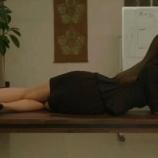 『【乃木坂46】白石麻衣、ドラマでミニスカ姿で机に寝そべるwwwwww』の画像