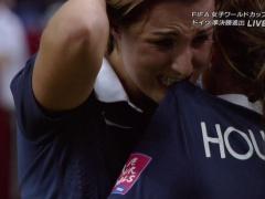 """【画像】惜しくもドイツに敗れたフランス女子代表の選手が悔しさのあまり""""スアレス化""""!"""