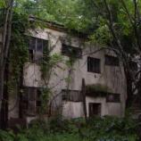 『【いわく付きの家】異常に家賃が安い一軒家に隠された秘密「壁と床に書かれた文字」』の画像