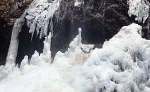 """寒波で""""凍った""""滝を見に行ったら"""