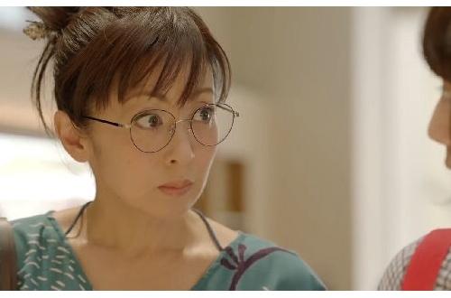 auの丸眼鏡お母さんこと斉藤由貴(50)可愛過ぎwwwwwwwwwwwwwwのサムネイル画像