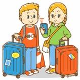 『【クリップアート】スーツケースを持つ外国人・おみやげを買う外国人のイラスト』の画像