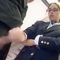 機内で乗客を手コキ抜きする外人のメガネ美女CA!!!