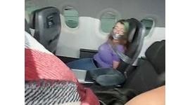 【米国】フライト中に暴れる女性を粘着テープで固定…「大胆な接客」が話題