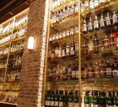【表参道】壁一面に圧巻の1300本のウイスキー!デートにぴったり大人のダイニング「TOKYO Whisky Library」