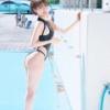 爽やかすぎて暑さ吹き飛ぶ!朝比奈祐未の水しぶきで艶めく競泳水着姿が煌めいてクラクラ…!