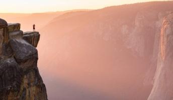 地底湖から標高4050メートルのブランコまで…世界の「試される観光地」15選