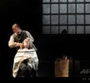ミュージカル『スウィーニー・トッド:フリート街の悪魔の理髪師』上演の生徒2人がやり過ぎて首切るけが