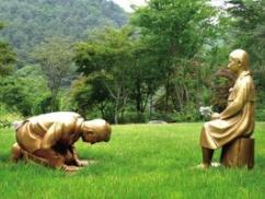 韓国さん、世界をドン引きさせる「アベ土下座謝罪像」を作成してしまうwwwwwwwww