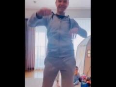 【動画】イニエスタさん、ダンスを披露するwww