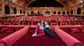 """映画館に""""ダブルベッド型シート""""が登場! 斬新な試みで映画館離れは食い止められる?"""