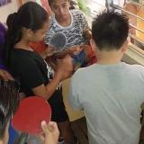 コロナの前に、  フィリピンの学校にラケットを支援するために送ったのですが、    お昼休憩中に 机の横に卓球台を置いて、   みんなで楽しん