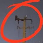 【動画】中国、夜電柱のてっぺんに登った男が「腹筋」を始める!周辺は停電に