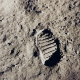 『陰謀論者「アポロの月面着陸は捏造だ」』の画像