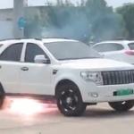 【動画】中国、駐車中の電気自動車の下部から突然、発火!火花がバチバチバチ~!