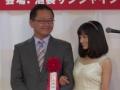 【悲報】橋本環奈、おっさんにオッパイを押し付けるwwwwwww(画像あり)