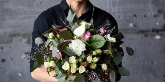 普段から嫁に「愛してる」を伝えているので『花束とケーキ買って帰宅し、嫁を無言で抱きしめシリアスに伝えてから花束を渡し、一緒にケーキを食べる』を実行してきた