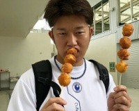 【阪神】宜野座キャンプ地のパーラーぎのざの2019年新商品を試食する岩貞投手!