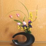 『待合室の窓の活け花アート』の画像