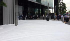 【ニュース】  東京・銀座 の路上が 泡だらけwwwwwwwwww ボディーソープ流出。  海外の反応