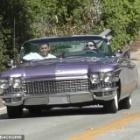 『【イケメン友人と一緒に…!?】ケンダル・ジェンナーが男友達とドライブにお出かけ!Kendall Jenner drives her classic Cadillac』の画像