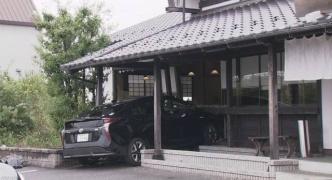無勲章でプリウスを運転していた75歳、喫茶店に突っ込み9人を怪我させる。もちろん即時現行犯逮捕