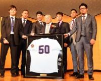 横浜商大OBの阪神・岩貞ら、勇退の佐々木監督ねぎらう「成長させてもらった」
