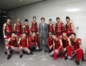 安倍首相が東京ドームで開催されたEXILEコンサートを鑑賞 若者層への人気取り必死だなw