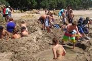 ドイツ人夏になるとオランダのビーチに押し寄せ砂浜に穴掘って帰る謎行動wwwwwwwww
