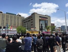 新潟駅前で48メンバーが総選挙の街頭演説をしてる模様wwwwwwww