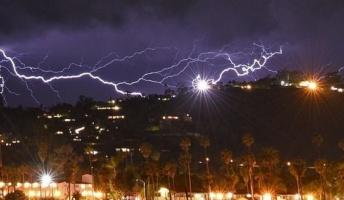【動画】異常な雷雨により5分間で1500回もの落雷に襲われた街